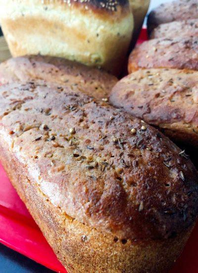Горячий монастырский хлеб по старинной рецептуре, с добавлением зерен и семян, бездрожжевой - сестры пекут его с молитвой, в настоящей русской печи